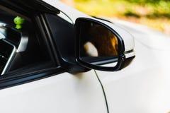 De spiegel van het auto` s zijaanzicht en de teddybeer dachten in m na stock afbeelding