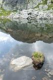 De spiegel van het bergmeer, die op de duidelijke blauwe hemel wijzen Stock Foto