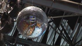 De spiegelbal spint en glanst De discobal wees op speelplaats en tribunes stock videobeelden