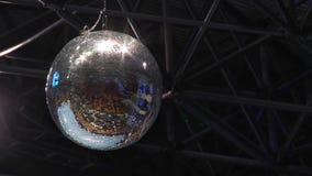 De spiegelbal spint en glanst De discobal wees op speelplaats en tribunes stock footage