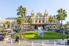 De Spiegelbeeldhouwwerk van Monte Carlo Casino en van de Hemel in Monaco Stock Fotografie