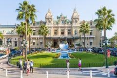 De Spiegelbeeldhouwwerk van Monte Carlo Casino en van de Hemel in Monaco Royalty-vrije Stock Foto's