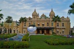 De Spiegelbeeldhouwwerk van Monte Carlo Casino en van de Hemel in Monaco Stock Foto's