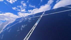 De spiegelende oppervlakte van een zonnepaneel wijst op schone blauwe hemel stock video