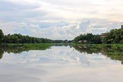 De spiegelrivier wijst op hemel en wolk Stock Foto