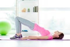De spieren die van de levensstijl binnen atleet gezondheidszorgconcept bouwen S stock foto's