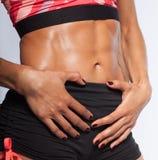 De spiermaag van de vrouw, perfecte abs stock afbeelding