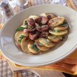 De spiermagen van de eend met aardappels Stock Afbeeldingen