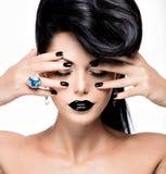 De spijkers van de glamourvrouw, lippen en ogen geschilderde kleurenzwarte Stock Foto