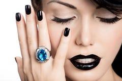 De spijkers van de glamourvrouw, lippen en ogen geschilderde kleurenzwarte Stock Foto's