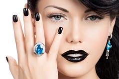 De spijkers van de glamourvrouw, lippen en ogen geschilderde kleurenzwarte Royalty-vrije Stock Fotografie