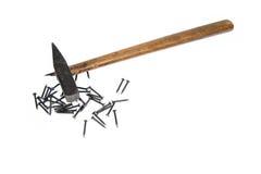 De spijkers van de hamer op witte achtergrond Royalty-vrije Stock Afbeeldingen