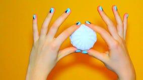 De spijkers van de kleurenvrouw, maniermanicure stock video