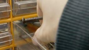 De spijkers van hardwarestukken stock videobeelden
