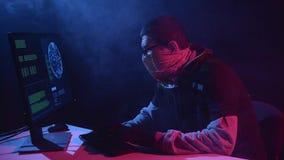 De spion gaat virusgegevens in de computer in Zwarte rookachtergrond stock footage