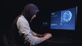 De spion schudt belangrijke informatie voor hem stock footage