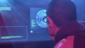 De spion typt virusflarden op het toetsenbord voor het binnendringen in een beveiligd computersysteem stock video