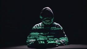 De spion typt virusflarden op het toetsenbord voor het binnendringen in een beveiligd computersysteem Zwarte achtergrond Silhouet stock video