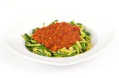 De spiraal van de courgettespaghetti met tomatensaus stock fotografie