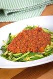 De spiraal van de courgettespaghetti met tomatensaus royalty-vrije stock foto's