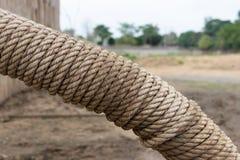De spiraal van grote hennepkabel werd verpakt rond de metaalpijp stock afbeelding