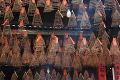 De spiralen van wierook worden gehangen aan het plafond van een tempel (Vietnam) Stock Foto