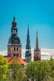 De spitsen van Riga met exemplaarruimte in duidelijke hemel Royalty-vrije Stock Afbeelding