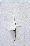 De spleet barstte en dilapidated muur van beschadigde muur Stock Fotografie