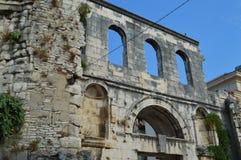 De spleet van het dioclezianopaleis van de muur andsilver deur (Srebrna Vrata) Royalty-vrije Stock Foto's
