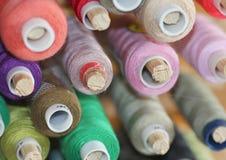 De spoelen met kleurrijke draden voor het naaien Stock Foto