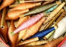 De spoelen van de zijde met kleurrijk Stock Afbeeldingen