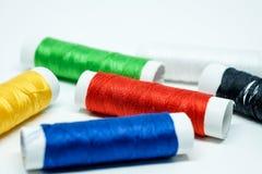 De spoelen van kleurrijke draad concentreerden zich op rode spoel Royalty-vrije Stock Foto's