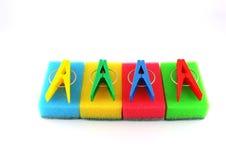 De sponsen en de kleren-pinnen van de kleur Stock Foto's