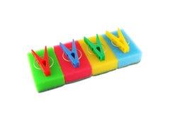 De sponsen en de kleren-pinnen van de kleur Stock Afbeeldingen