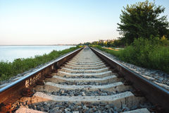 De spoorlijn langs de kust van het estuarium van Yeisk Royalty-vrije Stock Afbeelding