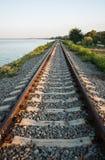 De spoorlijn langs de kust van het estuarium van Yeisk Stock Afbeeldingen