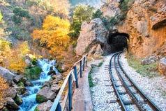 """De spoorweg Diakopto †""""Kalavrita van het Odontotosrek, onder de schaduw van Helmos-berg Stock Foto"""