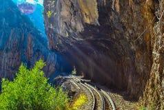 """De spoorweg Diakopto †""""Kalavrita van het Odontotosrek, onder de schaduw van Helmos-berg stock afbeeldingen"""
