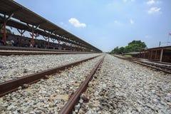 De spoorweg is een route voor het vervoeren van goederen en passagiers royalty-vrije stock foto's