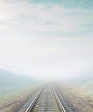 De spoorweg gaat naar horizon in mist royalty-vrije stock afbeelding