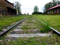 De spoorweg in de landbouwgrond stock afbeeldingen