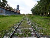 De spoorweg in de landbouwgrond stock foto