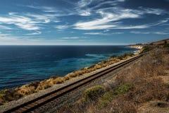 De spoorweg langs de oceaan, Vreedzame kustweg stock afbeeldingen
