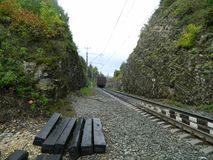 De spoorweg na een regen stock afbeeldingen