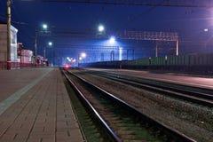 De spoorweg, nacht. Peron. Stock Foto's
