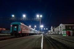 De spoorweg, nacht. Peron. Stock Afbeelding