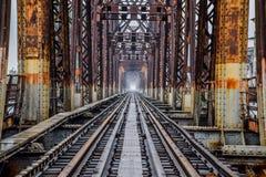 De spoorweg op Lange Bien-Brug in Hanoi, Vietnam, werd het oorspronkelijk genoemd Paul Doumer Bridge stock foto's