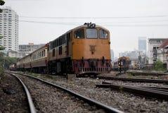 De Spoorweg van de staat van Thailand met oude voorwaardenslepen Stock Foto's