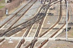 De spoorweg van de distributiepost Sporen en dwarsbalken behoud van wegen en vervoer Openbaar vervoer de verschillende richtingen stock afbeeldingen