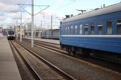 De spoorweg van de distributiepost Sporen en dwarsbalken behoud van wegen en vervoer Openbaar vervoer de verschillende richtingen royalty-vrije stock foto's